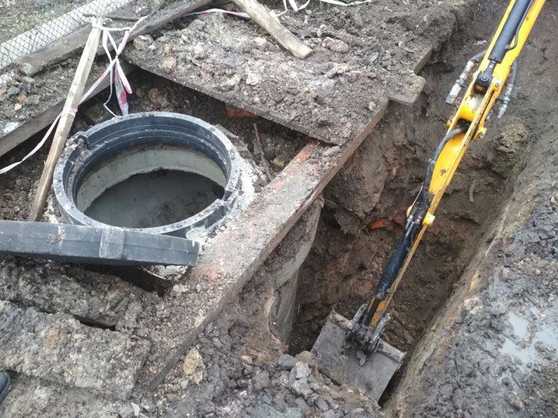 Ковшем встигли викопати яму півметрана чотири метри