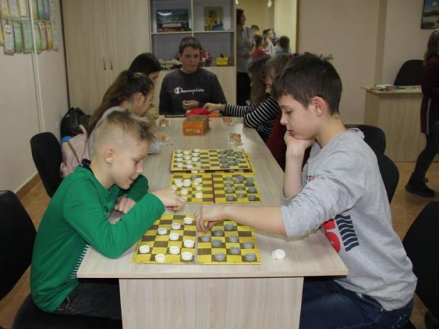 Хлопці грають у шашки