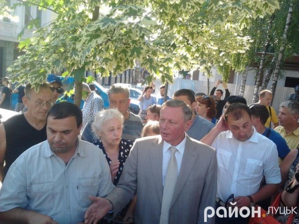 Запевняє лучан, що дерева на Лесі Українки більше не зрубуватимуть