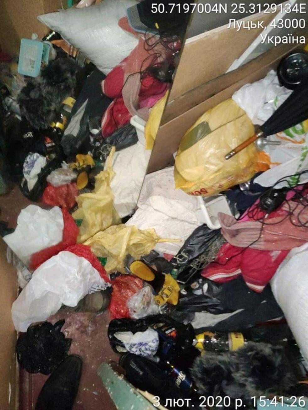 Мешканці будинку на Дружби Народів у Луцьку поскаржилися на сусіда, який захарастив сміттям свою квартиру