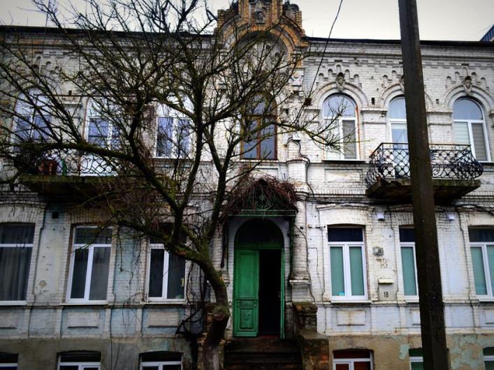 Покрівляяк решето: на Ковельській руйнується унікальний столітній будинок