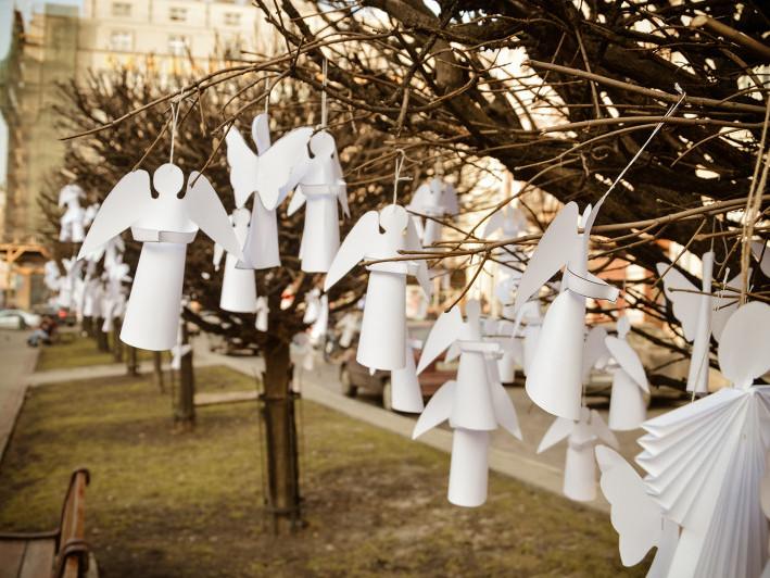 Достатньо вирізати паперового ангелика іприйти вшанувати пам'ять Героїв Небесної Сотні