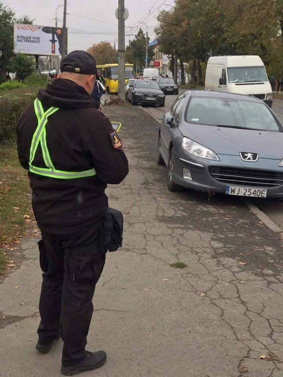 З початку року луцькі муніципали виписали три тисячі штрафів за паркування