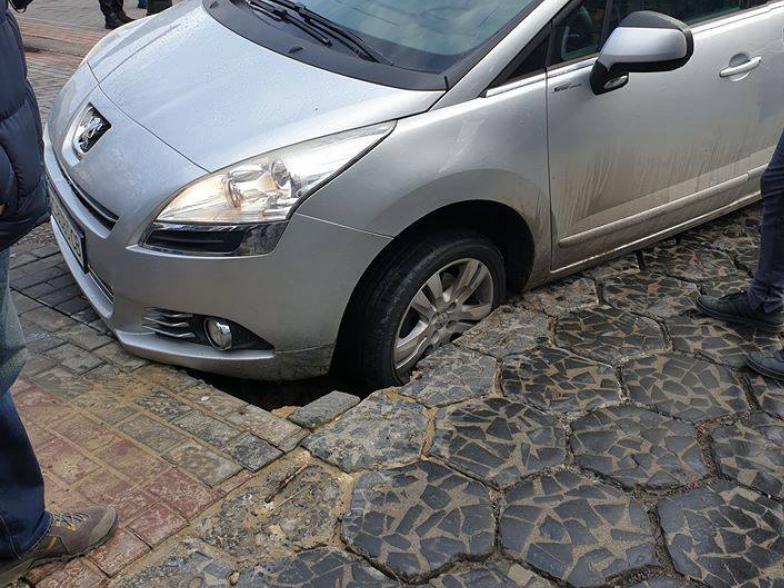 На Лесі Українки у Луцьку провалився автомобіль