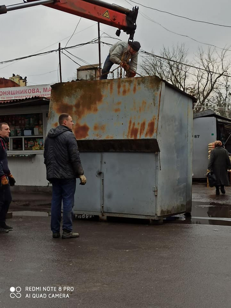 Зі Старого ринку активно вивозять контейнери