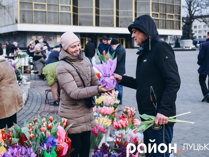 Вже кілька днів поспіль Театральний майдан у Луцьку нагадує квітник