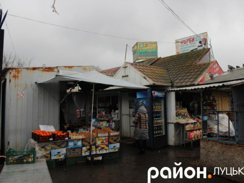 На Старому ринку у Луцьку зносять паркан