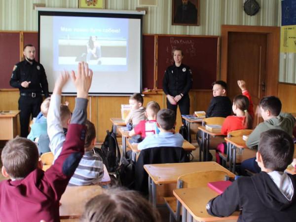 Луцькі школярі говорили з поліцейськими про знущання над дітьми