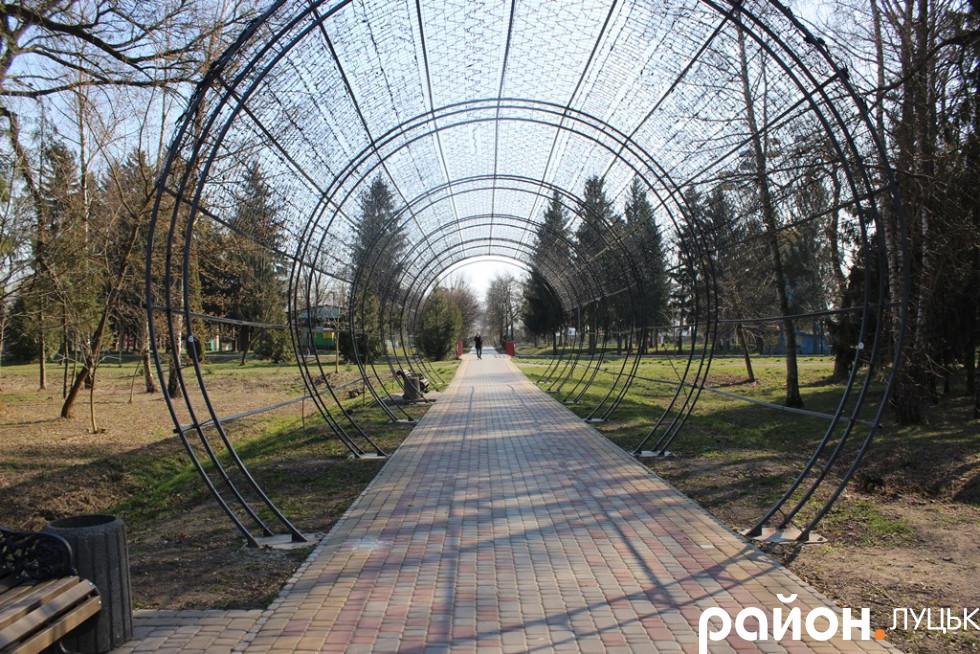 Парк весняний і спокійний