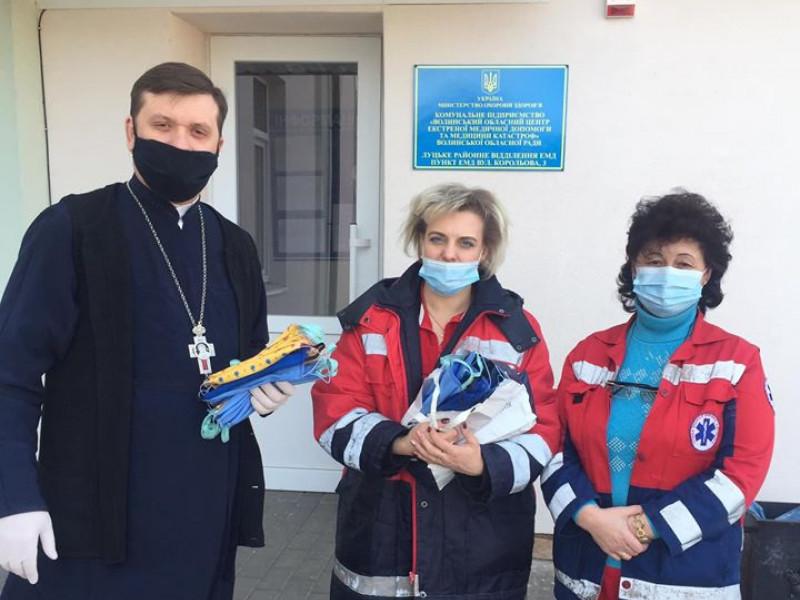 Священник разом з лікарями