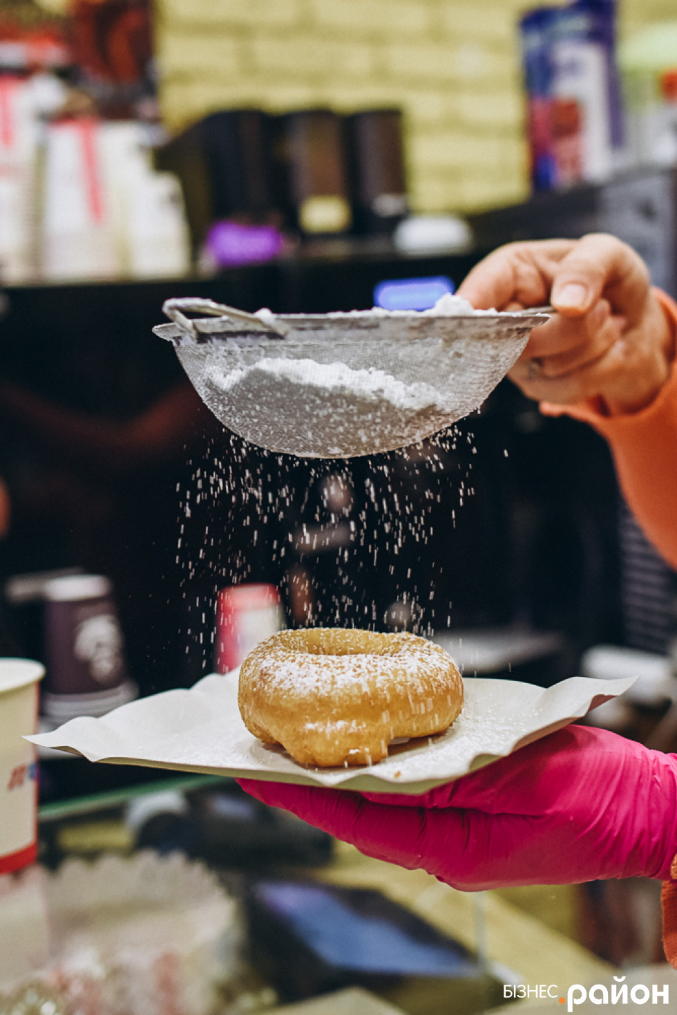Пончики рясно посипають пудрою