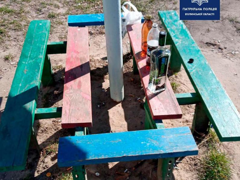 На Рівненській компанія розпивала алкоголь на дитячому майданчику
