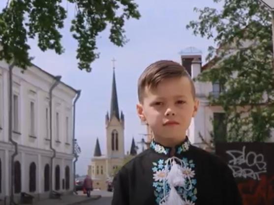 Луцький першокласник з сім'єю створив кліп про любов до України