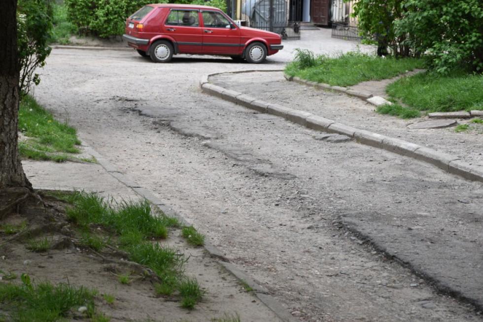 На проїжджій частині суцільні вибоїни, а машини люди залишають просто на зелених зонах, адже місця для паркування тут нема