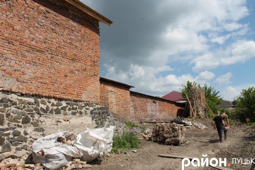 На території археологи працюють пілч-о-пліч із будівельниками