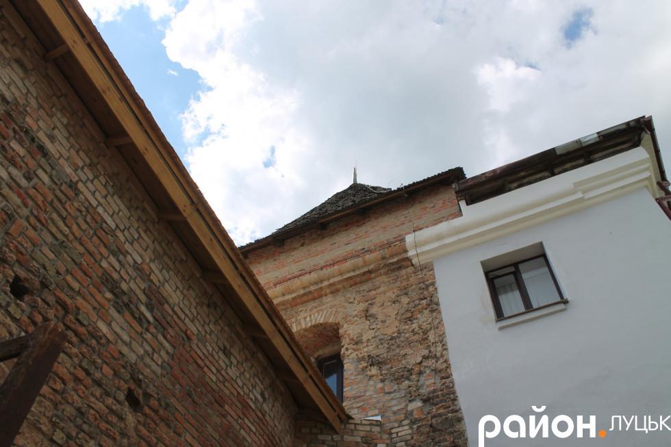 Межа вежі і пізніше добудованого кляштору