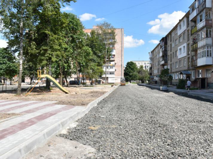 У Луцьку ремонтують одну з найбільших прибудинкових територій