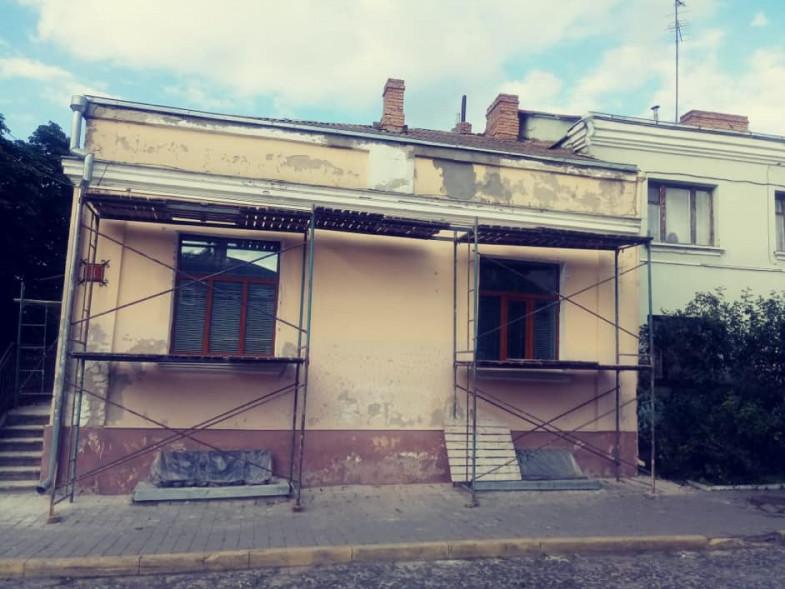 У Старому місті почали чепурити занедбані фасади