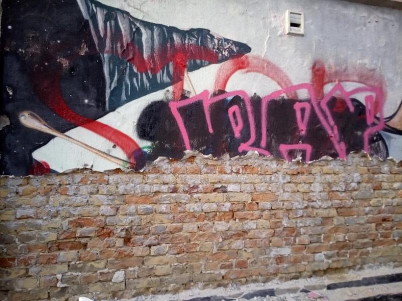 У Луцьку зі стіни прибрали відоме графіті – равлика