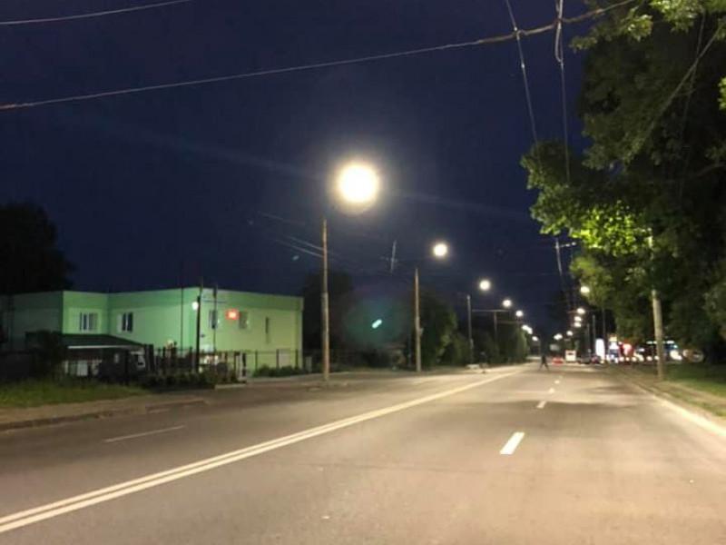 Вулицю у Луцьку обладнали сучасним освітленням