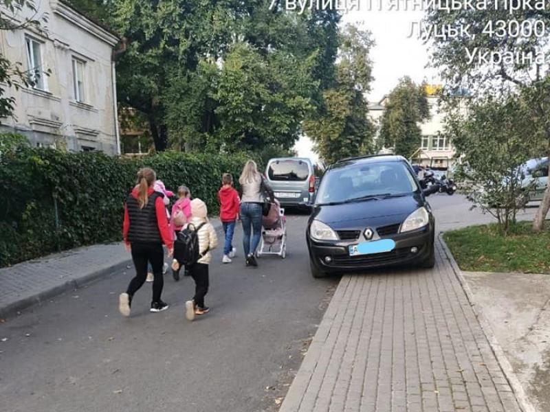 На П'ятницькій гірці водійка перекрила автівкою тротуар