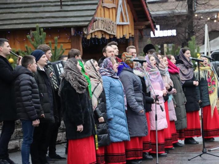 Біля Волинського національного університету відкрили різдвяну шопку