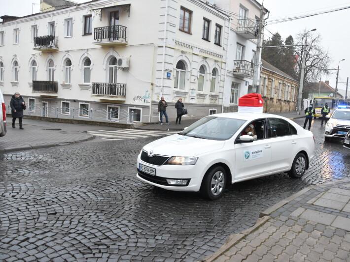 У Луцьку таксисти розвозять подарунки дітям з інвалідністю