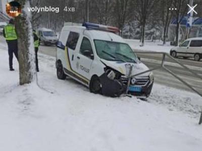 У Луцьку – аварія за участі автомобіля поліції