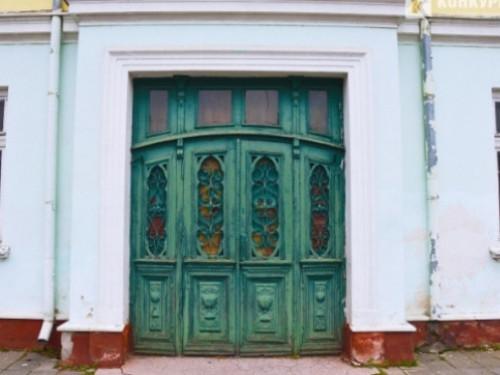 Популярні зелені двері у Луцьку