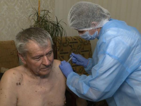 Микола Бубела під час вакцинація