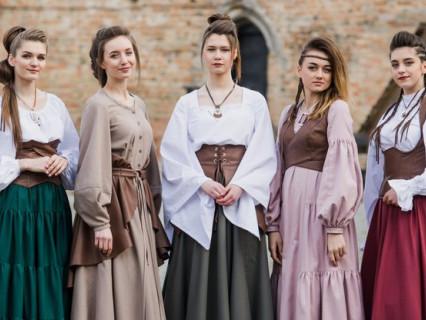 Луцькі учениці разом з вчительками створили колекцію середньовічного одягу