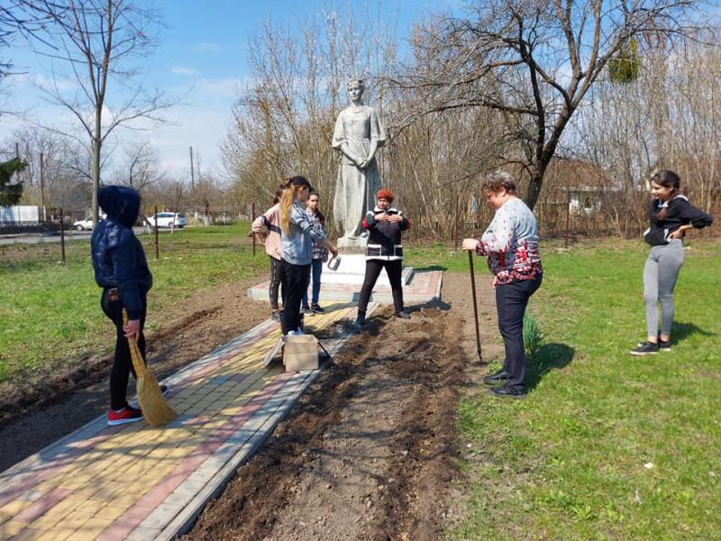 У Коршівській гімназії заклали фруктовий сад