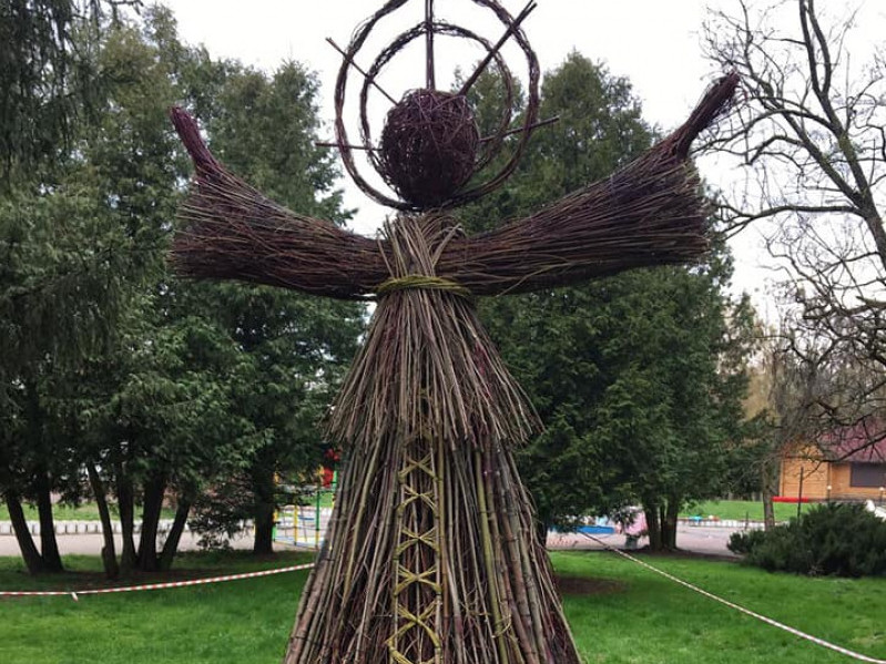 У центральному парку Луцька– креативі екоскульптури з гілля