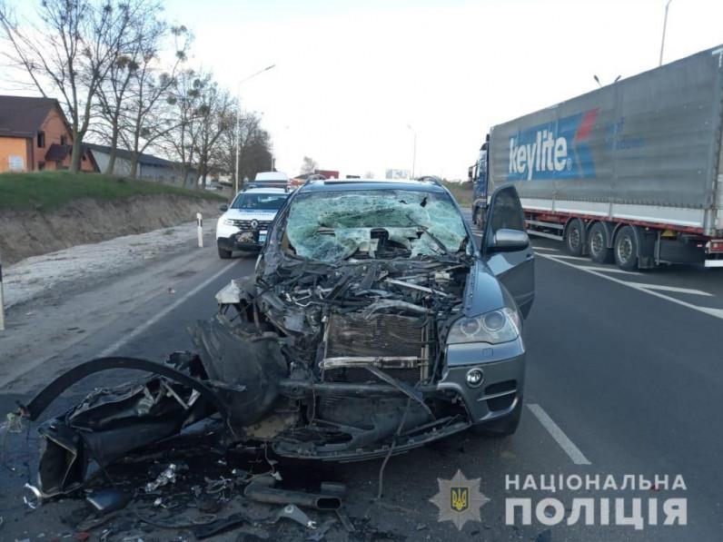 У Луцькому районі BMW X5 врізався у вантажівку