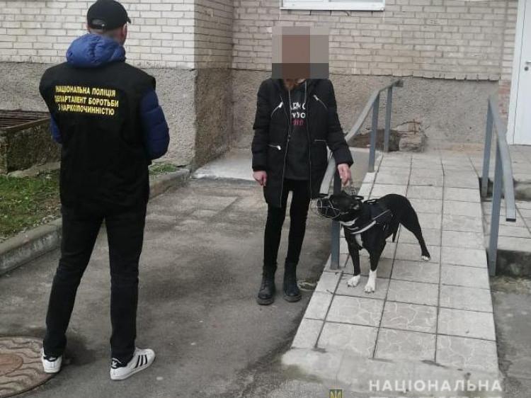 Лучанку на гарячому затримали під час передачі наркотиків