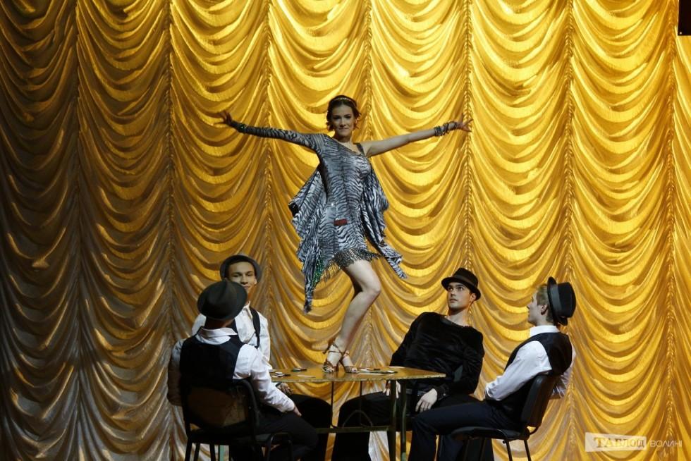 У деяких моментах дійство нагадувало популярні танцювальні шоу...