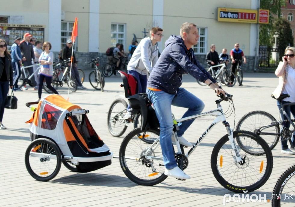 Для маленьких велолюбителів батьки привезли спеціальну карету