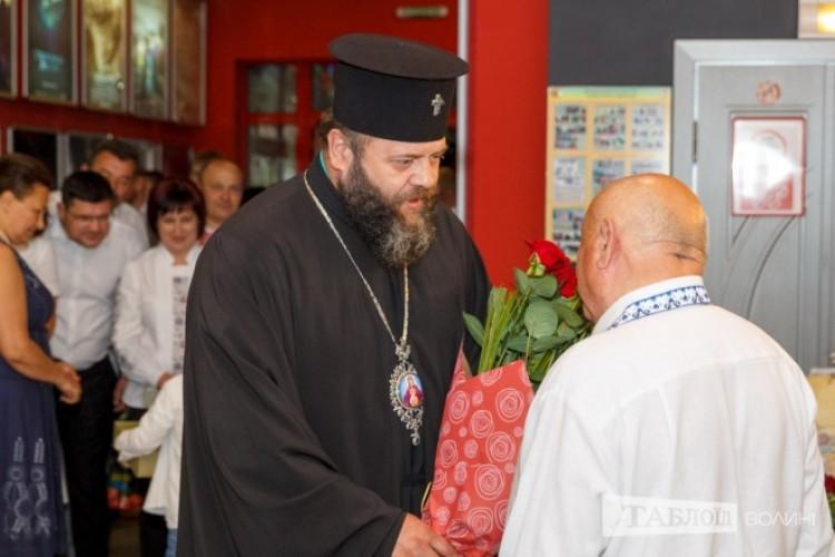 Ювіляра вітає владика Михаїл.