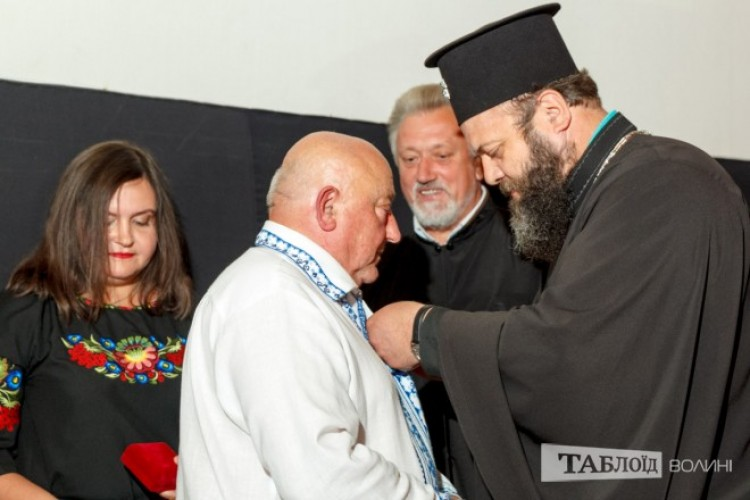 Владика Михаїл вручив Івану Корсаку орден.