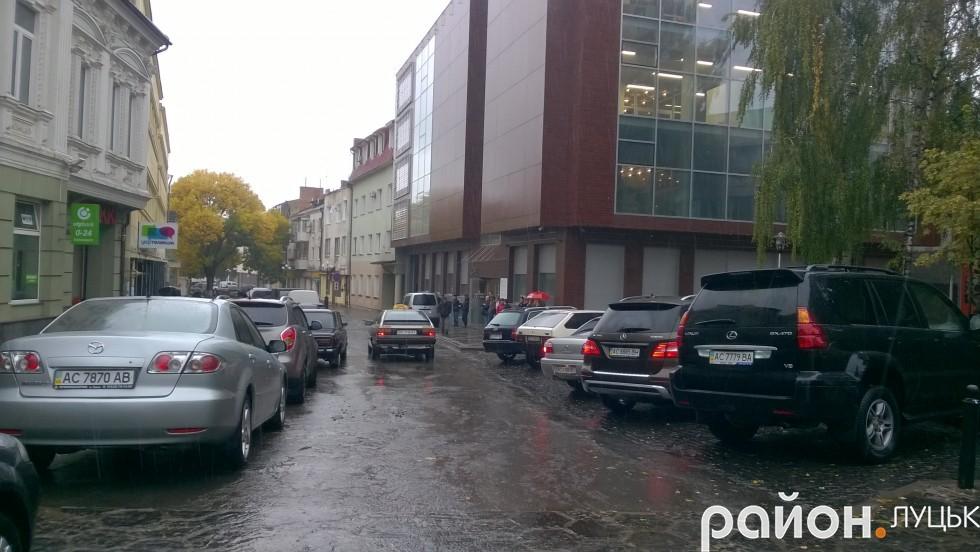 Поруч з візовим центром майже не залишилось вільного місця для паркування