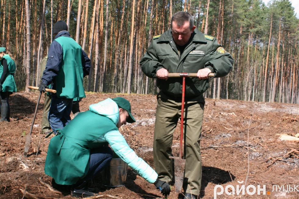 Директор Ковельського лісового господарства Володимр Данилюк також допомагав