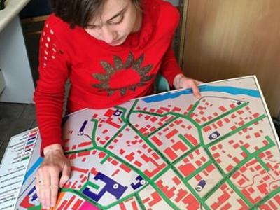 Редакторка Braille Studio Анна Серпутько під час редагування мапи Старого Луцька