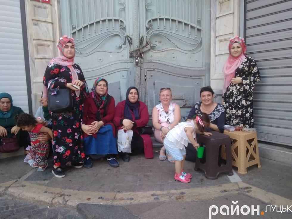 Фото з місцевими жителями на стамбульському базарі