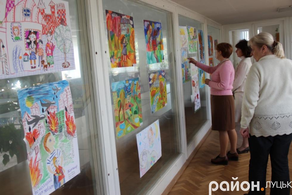 Луцьк вражає виставка малюнків про війну дітей-переселенців , фото-7