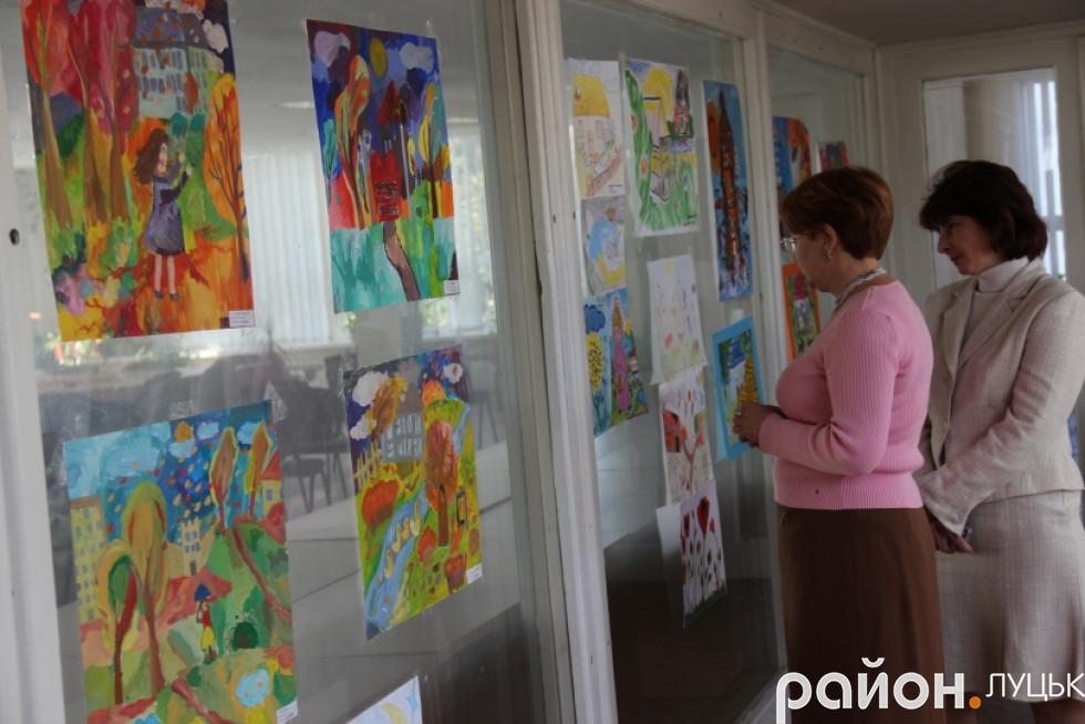 Луцьк вражає виставка малюнків про війну дітей-переселенців , фото-9
