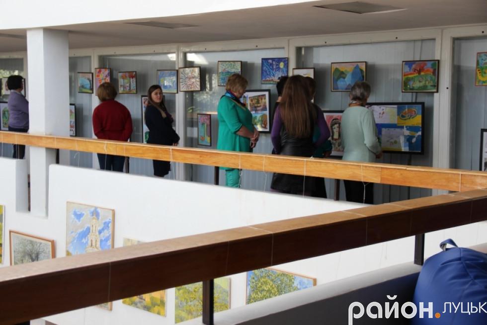 Луцьк вражає виставка малюнків про війну дітей-переселенців , фото-8