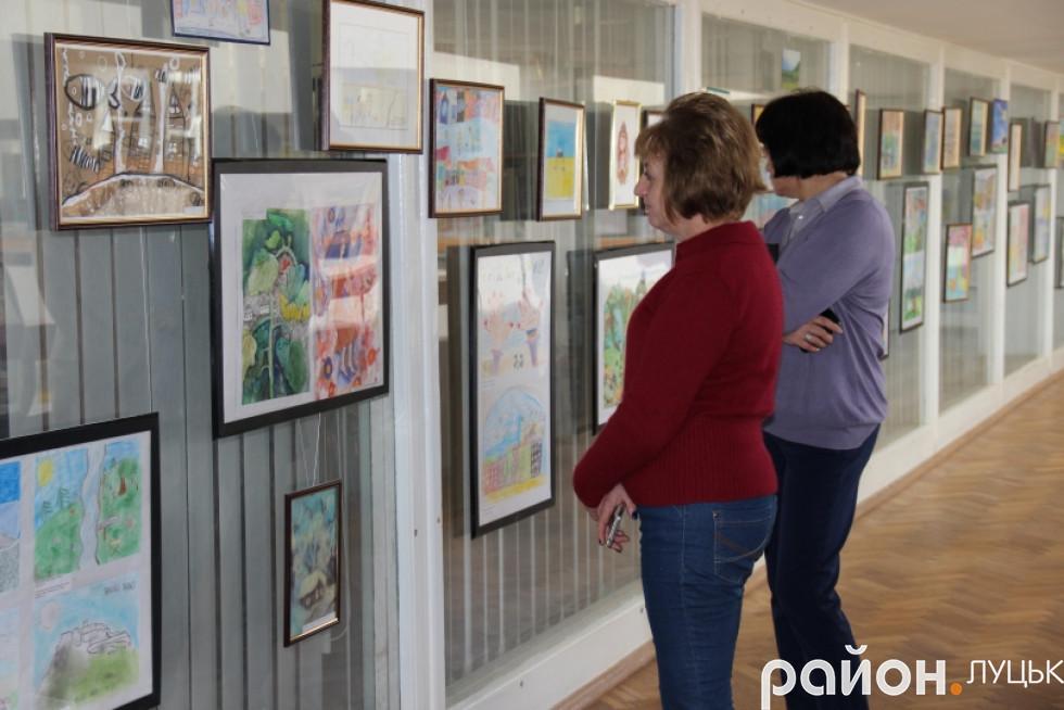 Луцьк вражає виставка малюнків про війну дітей-переселенців , фото-4