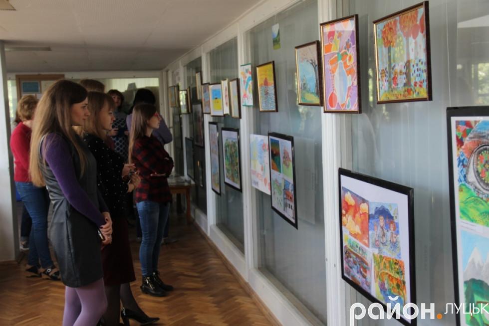 Луцьк вражає виставка малюнків про війну дітей-переселенців , фото-5