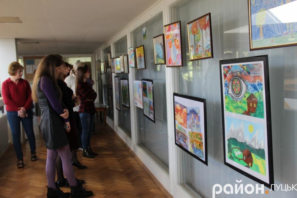 Луцьк вражає виставка малюнків про війну дітей-переселенців , фото-6