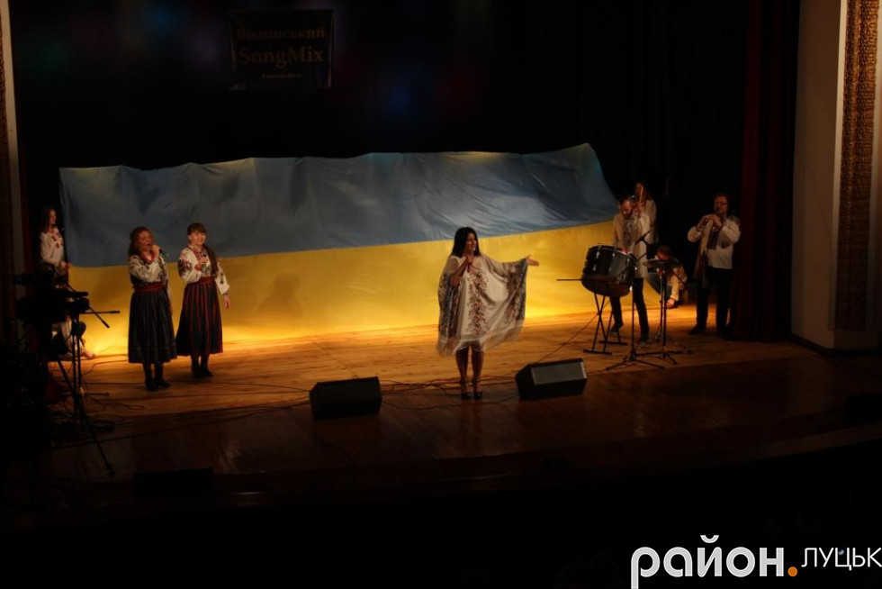 Завершили концерт виступом Галини Конах у супроводі фольклорного дуету «Рута-М'ята»